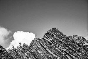 passage presque obligé pour le sommet de l'Orhi, premiers pas délicats d'un long chemin, silhouettes bien concentrées pour une première étape...