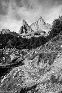 Mascaru, lieu discret et insolite au pied des fameuses aiguilles élancées d'Ansabère. Les blocs ératiques dissimulent une fontaine et des souvenirs de montagne sociale.