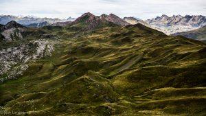 Magie des contrastes, des verts sombres et profonds des hauts paturages de la Cuarde et du Pic Rouge aux lumières délavées des Pics d'Aspe et de la Peńa Collarada jusqu'aux Pics d'Enfer...