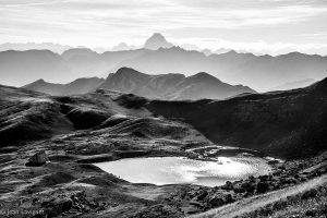 En ligne de mire notre itinéraire passe entre l'Ossau et le Peyreget, traversant la ligne de partage des vallées d'Aspe et Ossau à droite du pic des Moines. Au premier plan le pic de Souperé, et le lac d'Arlet, mais pour l'heure le contour par les Aygues Tortes de Ansó et l'ibon de Estańes s'est imposé... Une 5eme très belle étape commence...
