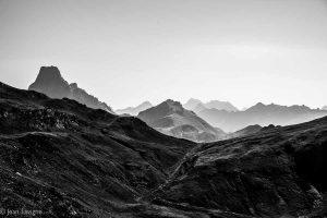 La grande chaîne s'invite, celle de la grande dorsale, des chaos de granit, des mythiques 3000 aux arêtes déchiquetées et acérées, aux faces nord vrtigineuses et glaciers rampants. Montagnes précieuses à tous les pyrénéistes ,anciens ou modernes, émérites aventuriers, audacieux grimpeurs, poètes vagabonds, amoureux solitaires, ou rebelles intrépides... Ils nous l'ont bien fait rêver et aimer la montagne... Portes ouvertes du Pyrénéisme, passages obligés d'une culture aguerrie, mélange de mots à mains moites, de phrases à coeur battant, de récits à souffle coupé, de pages blanches remplies de cartes, de croquis, d'images et d'ecrits... de démons du vertige et du beau, de diables du partage et de la générosité, d'anges des pluies glacées et des instants chavirés... Sang chaud coulant à l'infini, rêve après rêve, pas après pas. Lisez, marchez, écrivez les montagnes vous le rendent , derniers espaces sauvages !